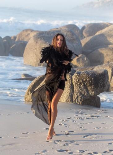 schwarzes Outfit für den Strand
