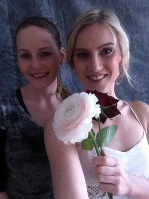 Brautfrisur Blumen Echte Kunst Im Haar Locken Wellen 5