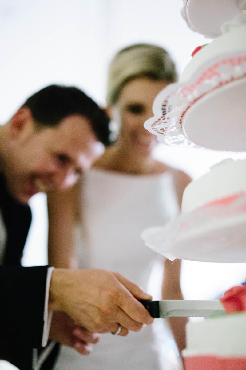 hochzeitspaar schneidet torte an