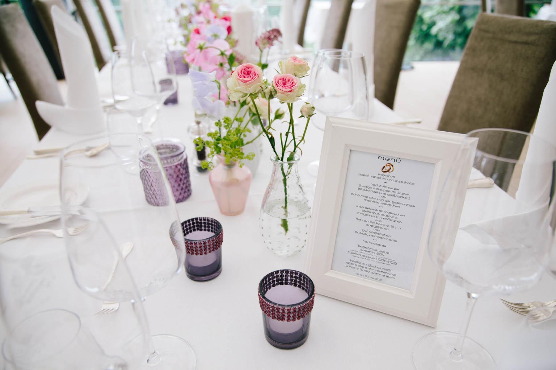 Hochzeitsmenü karten am Tisch